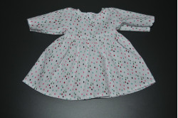 Hvid kjole med multifarvede prikker