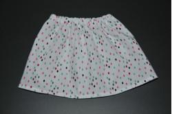 Hvid nederdel med multifarvede prikker